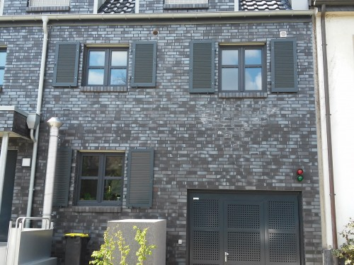 Fensterläden aus Aluminium (EG) und Fensterläden aus Holz im OG