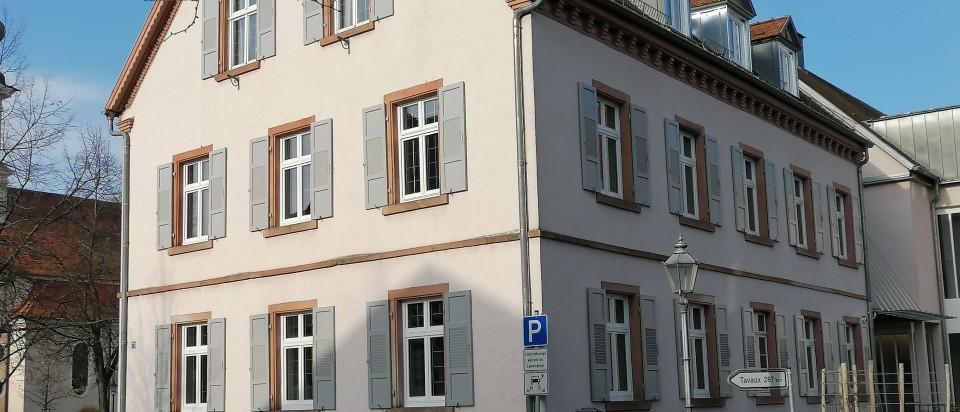 Rathäuser, Pfarrhäuser und öffentliche Gebäude